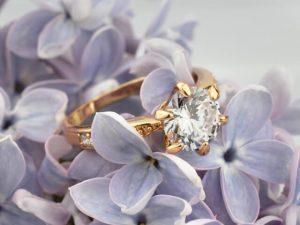 淡い紫色の花と指輪